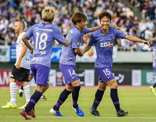 広島―神戸 前半、自身2点目のゴールを決め、森島(手前中央)らに祝福される広島・稲垣=同右(5日、Eスタ)=共同