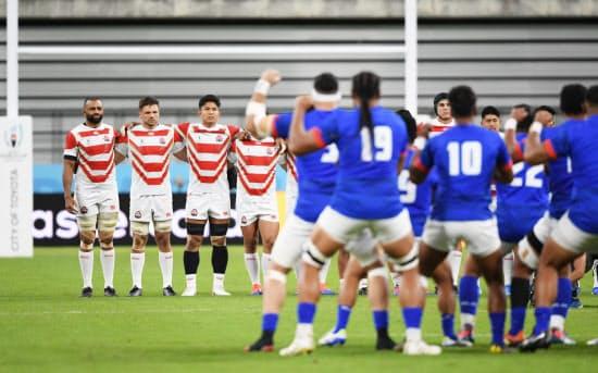 試合前、サモア代表と対峙する日本代表