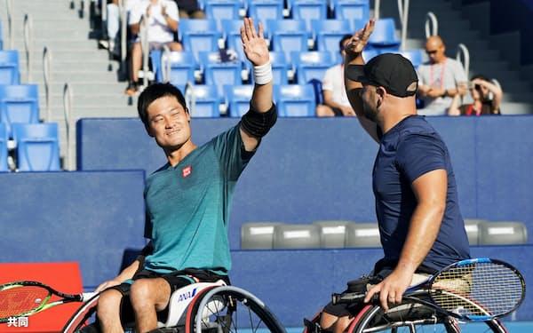 車いすの部ダブルスで優勝し、笑顔の国枝(左)、オルソン組(5日、有明テニスの森公園)=共同