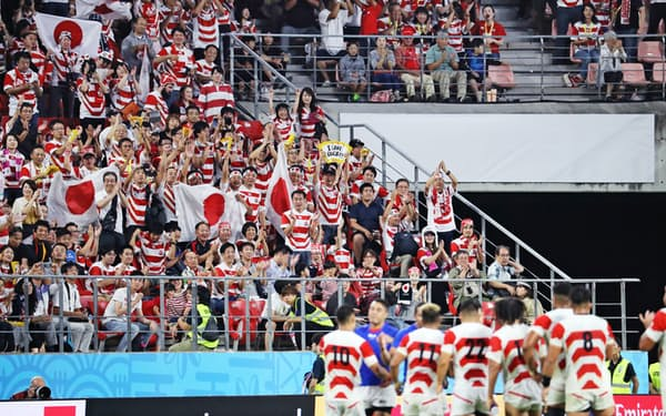 試合終了後、日本代表の選手たちに声援を送るファン(5日、愛知県豊田市の豊田スタジアム)