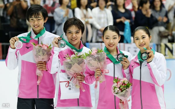 2位になった日本の(左から)島田高志郎、宇野昌磨、紀平梨花、宮原知子(5日、さいたまスーパーアリーナ)=共同