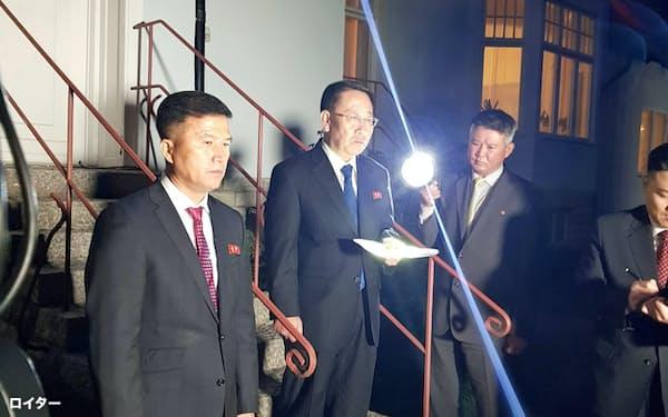 北朝鮮首席代表の金明吉(キム・ミョンギル)前駐ベトナム大使(中)=ロイター