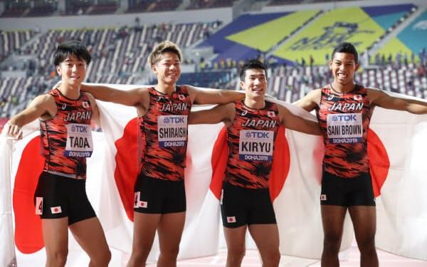 男子400メートルリレーで銅メダルを獲得した(左から)多田、白石、桐生、サニブラウンの日本チーム=山本博文撮影