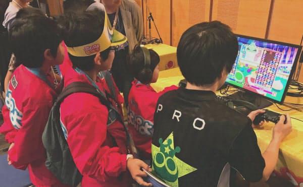 日ごろプロのプレー動画を見て練習する小学生たちが大会の場でプロと交流を楽しんだ