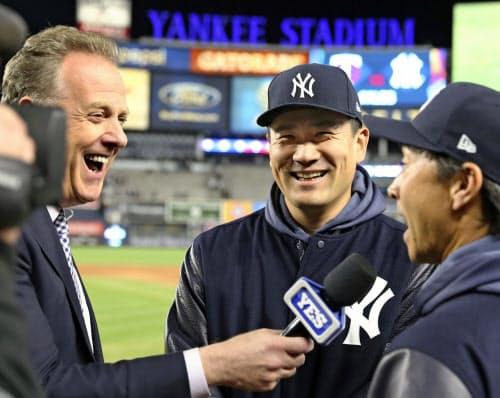 試合後、インタビューを受けるヤンキース・田中=中央(5日、ニューヨーク)=共同