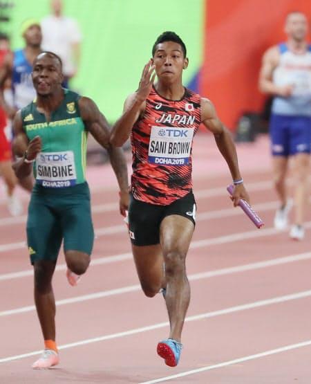 男子400メートルリレー決勝で力走するアンカーのサニブラウン(右)=山本博文撮影
