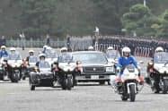 「祝賀御列の儀」のリハーサルで皇居を出発する車列(6日、東京都千代田区)