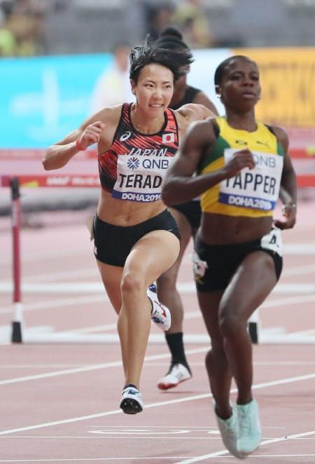 女子100メートル障害で予選敗退した寺田(左)=山本博文撮影