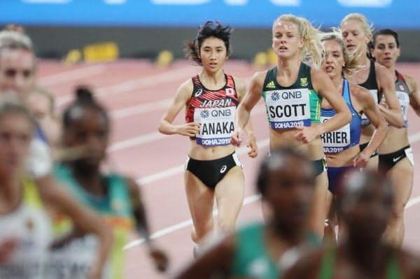 女子5000メートル決勝で14位となった田中(中)=山本博文撮影