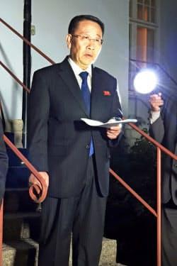 米国との協議後に声明を読み上げる北朝鮮の金明吉首席代表(5日、ストックホルム)=聯合・AP