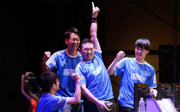 「eFootball ウイニングイレブン 2020」オープンの部で得点し喜ぶ茨城県第二代表