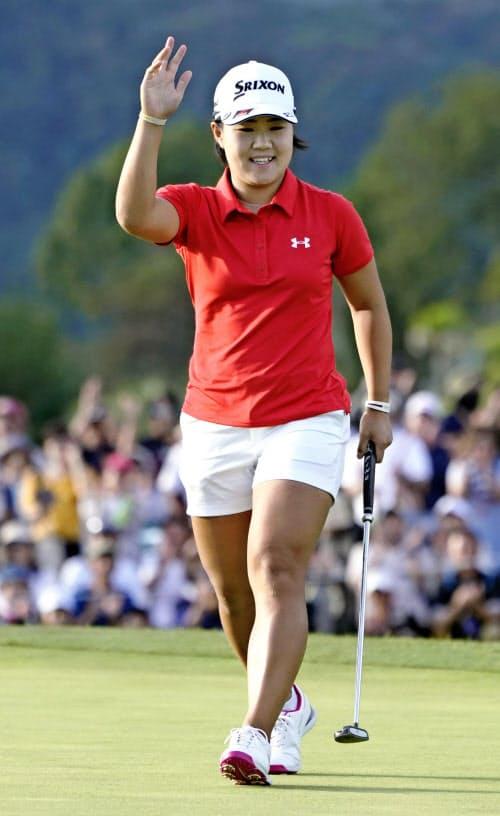 ゴルフの日本女子オープン選手権で3度目の優勝を決め、笑顔でギャラリーの声援に応える畑岡奈紗=共同