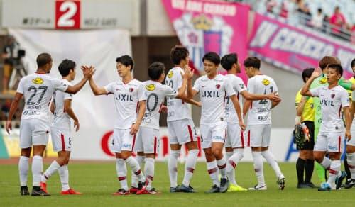C大阪に勝利し、喜ぶ鹿島イレブン(6日、ヤンマー)=共同