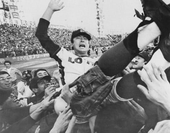 1974年10月、ロッテの監督として日本シリーズを制し、胴上げされる金田さん=共同