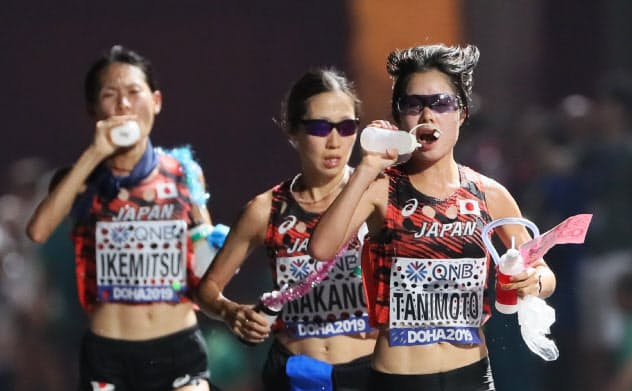 ドーハの世界選手権女子マラソンで水分補給する日本選手たち=山本博文撮影