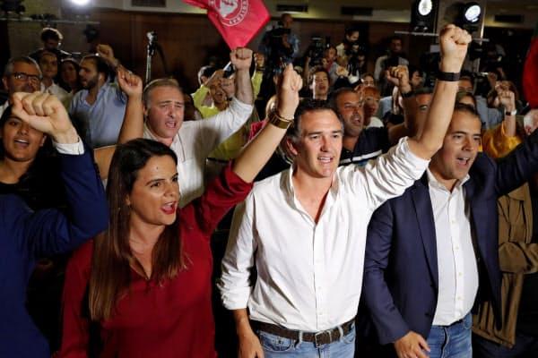 ポルトガルの与党社会党の勝利を祝う支持者ら(6日、リスボン)=AP