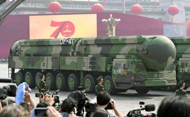中国の軍事パレードには米本土を攻撃可能な多弾頭式大陸間弾道ミサイルが登場した(共同)