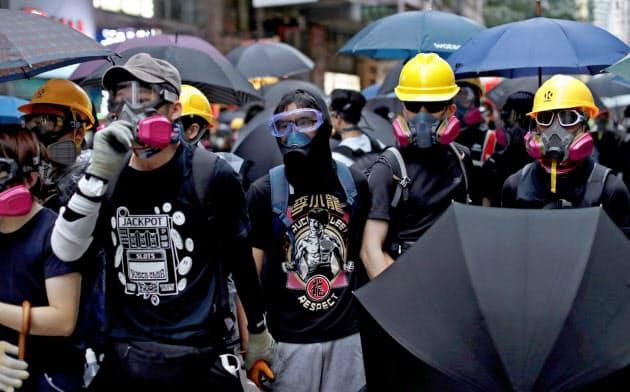 香港で6日に実施されたデモでは数万人の市民がマスク姿で参加した=ロイター