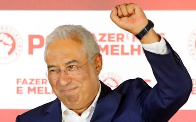 総選挙の結果を受け支持者に応えるポルトガルのコスタ首相(7日、リスボン)=AP