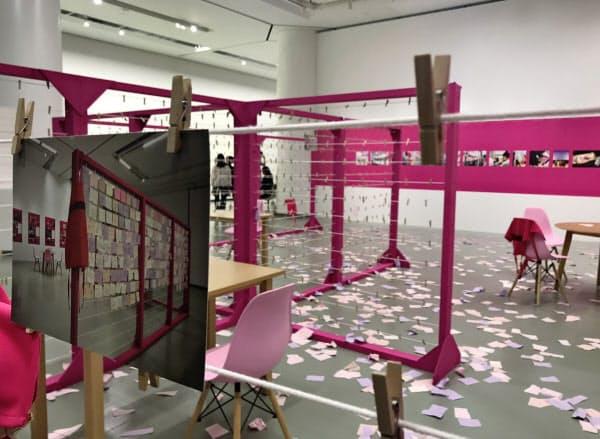 ピンクの紙に参加者が日常で感じる抑圧を書いて掲げる作品「The Clothesline」を出展していたモニカ・メイヤー。不自由展の中止後、紙は取り払われたままになっている(9月下旬、名古屋市美術館)
