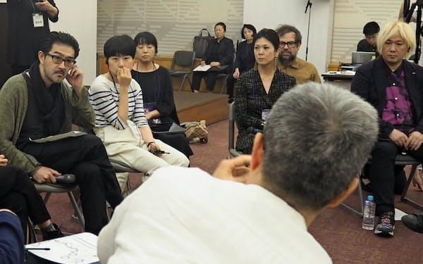 演出家の高山明(左端)は作家らが対応するコールセンターの設立について説明した(6日、名古屋市の愛知芸術文化センター)