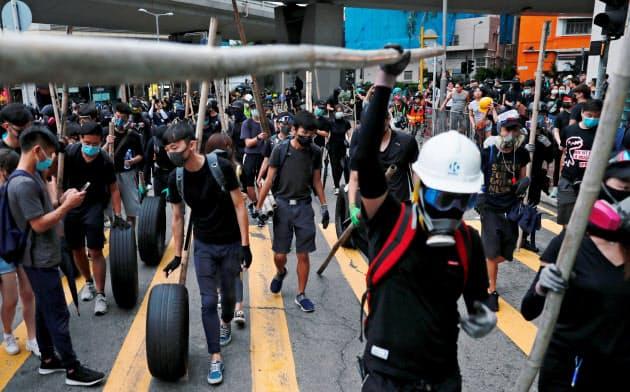 香港ではマスク着用を禁止する条例施行後も抗議活動が続く=ロイター