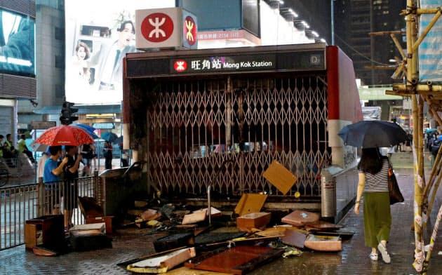 香港の地下鉄の駅の多くがデモ隊に破壊され一時閉鎖した(6日)=ロイター