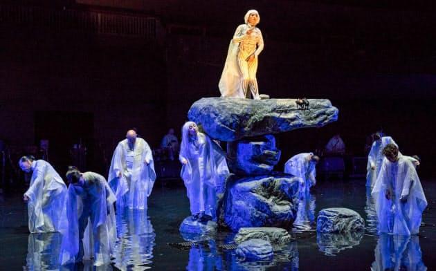 ニューヨークで上演された「アンティゴネ」。波紋が視覚的効果をあげる(Stephanie Berger撮影)