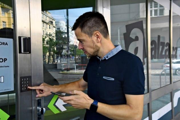 商品の受け取り拠点「未来の店舗」にはスマートフォンに送られてくる番号を入力して入店する