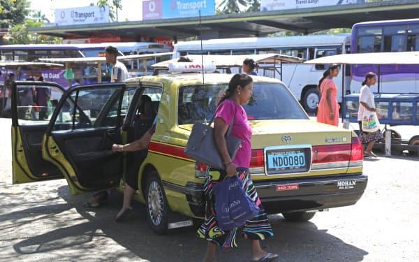 フィジー・ナンディでタクシーを利用する地元住民。気軽に使える交通手段として重宝されている=中尾悠希撮影