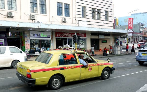 都内でよく見かける黄色のボディーに赤いラインの入ったタクシー(スバ)