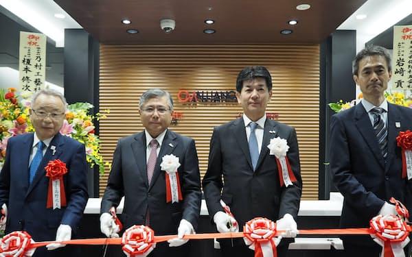 千葉・武蔵野銀の両頭取らがテープカットを行った(7日、東京都豊島区)