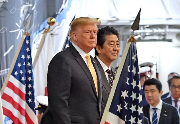 護衛艦「かが」を視察するトランプ米大統領と安倍首相(5月、神奈川県横須賀市)