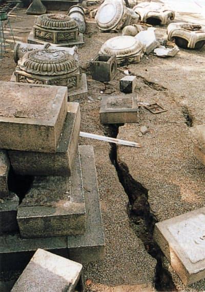 阪神大震災で倒壊した西宮神社の石灯籠=西宮神社提供