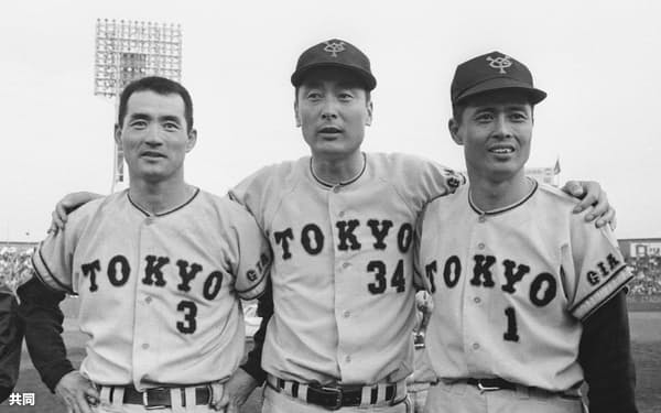 長嶋茂雄選手(左)、王貞治選手(右)と写真に納まる巨人・金田正一投手(1969年11月、西宮球場)=共同