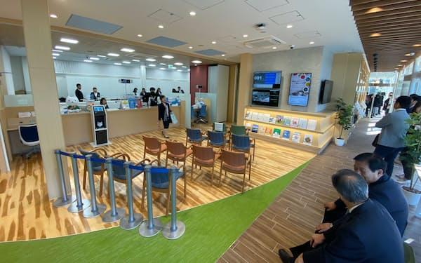 銀行ロビーは閉店後も地域の交流拠点として使ってもらう(7日、兵庫県西宮市)
