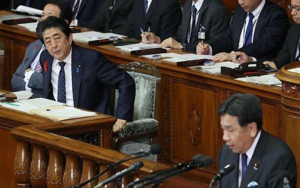 安倍首相と立憲民主党の枝野代表は7日の衆院本会議で「表現の自由」などを巡り議論を交わした