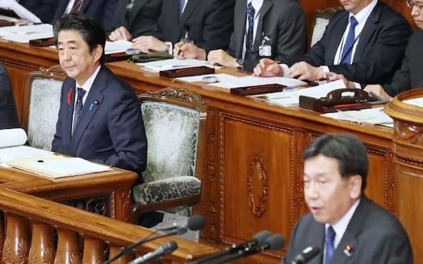 衆院本会議で立憲民主党・枝野代表(右)の質問を聞く安倍首相(7日)
