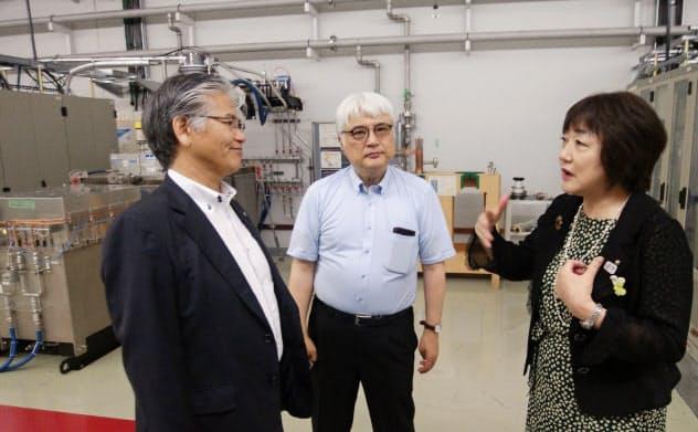 仙台市の郡和子市長(右)は石川センター長(中)や高田理事長(左)らに根回しを進めてきた(7月25日、兵庫県佐用町)