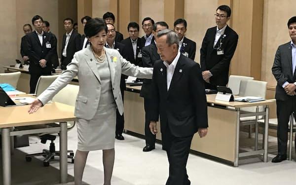 会談に臨む東京都の小池百合子知事(左)と江東区の山崎孝明区長