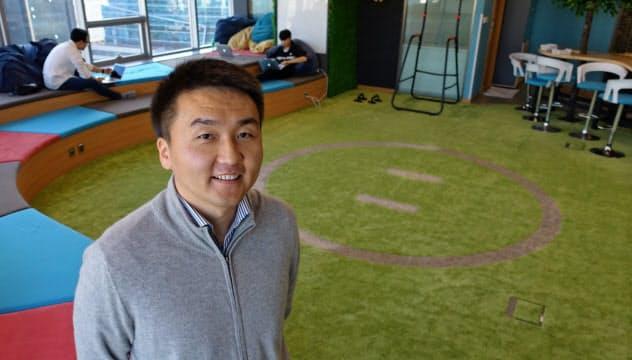 電通データアーティストモンゴルを率いるアグチバヤル氏は数学五輪の銅メダリストだ(ウランバートル市のオフィスは現地で人気の相撲をイメージしている)