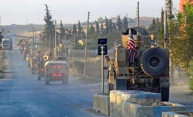 シリア北東部の主要道路を移動する米軍車両の列(10月7日)=ANHA・AP