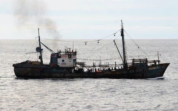 取り締まり船に衝突した北朝鮮の漁船(水産庁提供)
