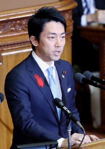 閣僚として初の国会答弁に臨む小泉環境相(7日、衆院本会議)
