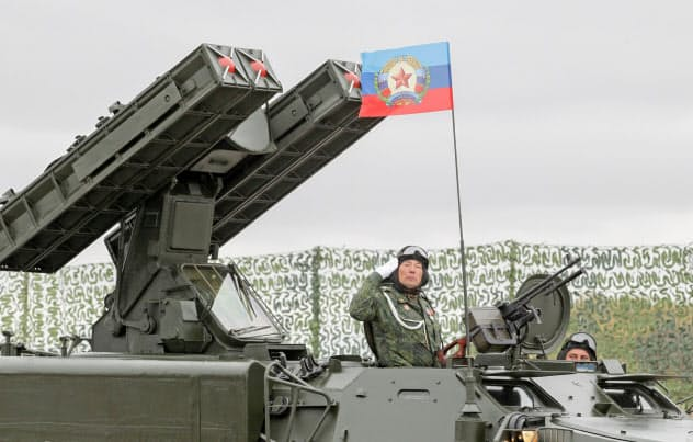 ウクライナ東部の2地域では親ロシア派武装勢力による占領が続く(6日、ルハンスクで親ロ派が披露した兵器)=ロイター