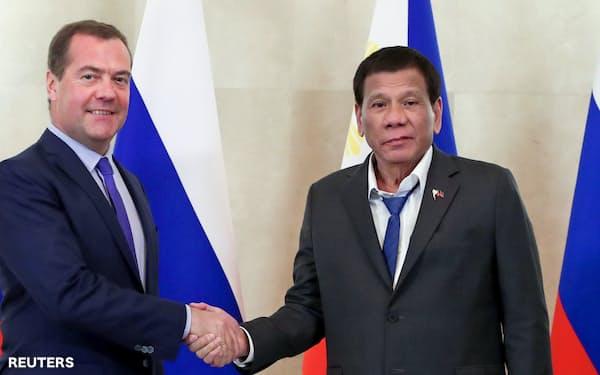 重症筋無力症を患っていると告白したフィリピン・ドゥテルテ大統領(右)(2日、モスクワ)=ロイター