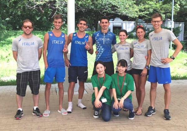トレーニングキャンプで訪れたイタリア競歩チームをサポートする「ViVaseda」の学生たち