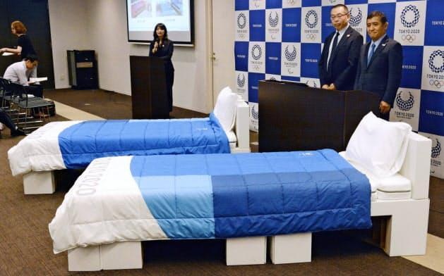 東京五輪・パラリンピック組織委と寝具メーカー「エアウィーヴ」が披露した、選手村で使用する寝具一式=共同