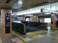 富士通が名古屋市と実証実験を始めた市営地下鉄栄駅。ホームなどに設置したセンサー(画面左の柱の上部)で人の流れを把握する