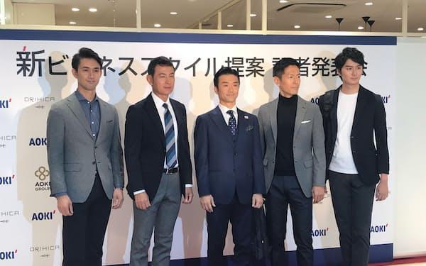 AOKIは機能性素材を使ったセットアップの新商品も発表した(中央がAOKIホールディングス青木彰宏社長)